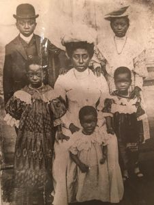 Benjamin Percy Quartey-Papafio (back left) with his mother Hannah and siblings, 1910.